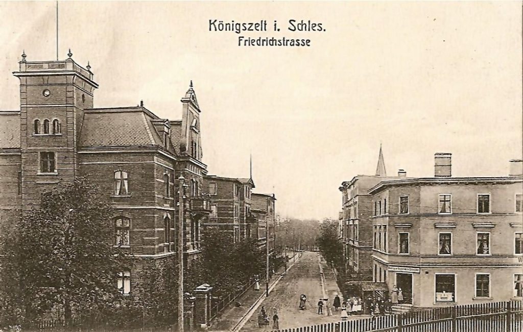 Widok na Friedrichstrasse. W centrum kadru, na końcu ulicy widać początek alejki prowadzącej do pomnika oraz drzewa, które rosły po jej bokach