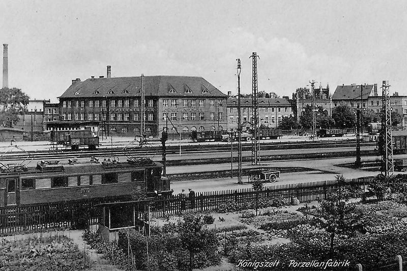 Königszelt (Jaworzyna Śląska), węzeł kolejowy. Widoczna trakcja elektryczna oraz elektrowóz. W tle fabryka porcelany.