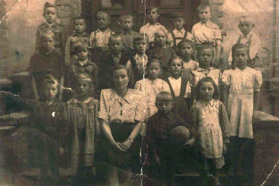 Piotrowice Świdnickie uczniowie lata 50 szkoła