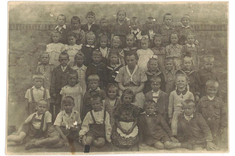 Uczniowie Szkoły Podstawowej w Jaworzynie Śląskiej 1951