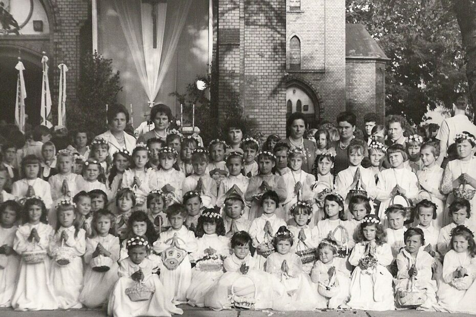 Dzieci sypiące kwiaty parafia Jaworzyna Śląska 1966