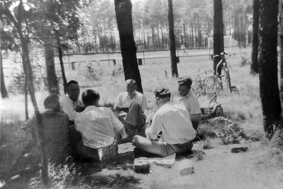 Jaworzyna Śląska mężczyźni grają w karty w lesie obok stadionu