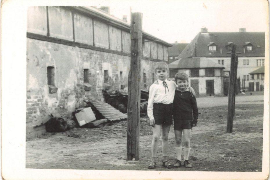 Zabudowania i podwórze przy ul. Tadeusz Kościuszki w Jaworzynie Śląskiej lata 50. XX wieku